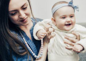 K narození miminka bych koupila jako dárek kojící korále.