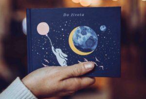 Ke křtinám můžete darovat krásnou knihu Do života.