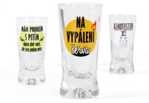 Panák s alkoholem pro koledníky jako dárek