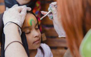 Malování na obličej je skvělý tip, jak zabavit děti na oslavě